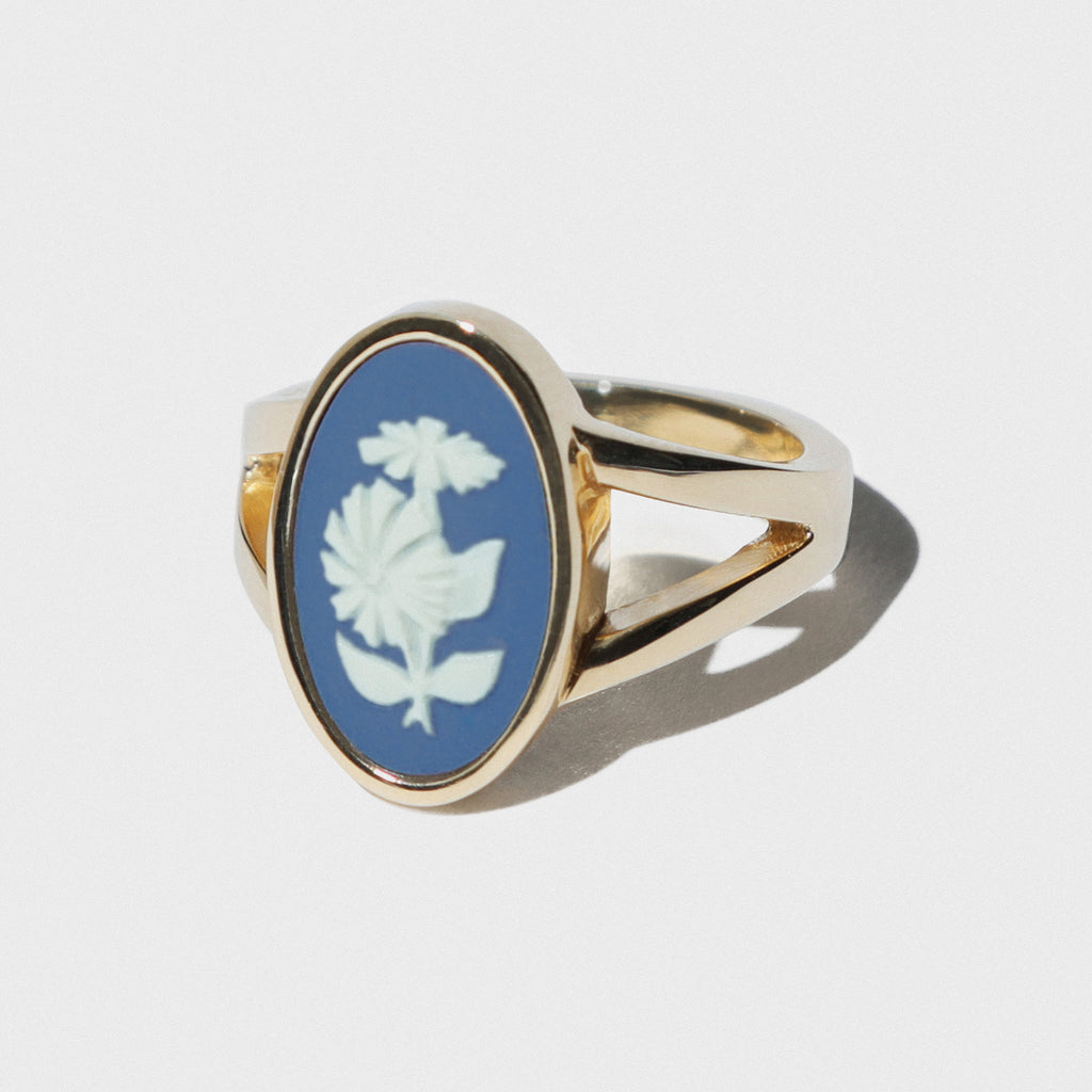 WEDGWOOD PORTLAND BLUE/WHITE CHRYSANTHEMUM GOLD RING