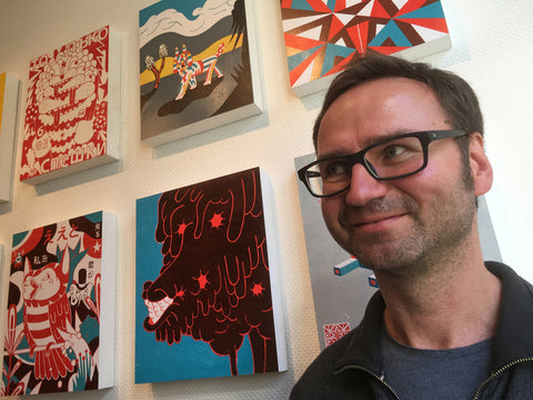 Image of Roman Klonek next to his art