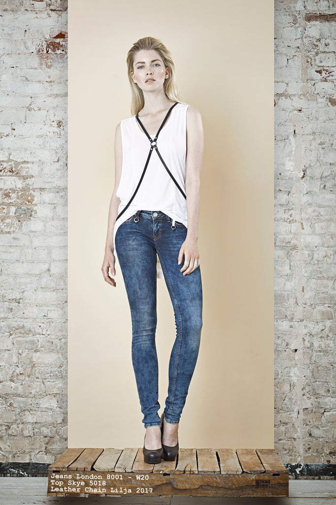 NORDENFELDT Jeans London mid blue, Top Skye white, Leather chain Lilja black