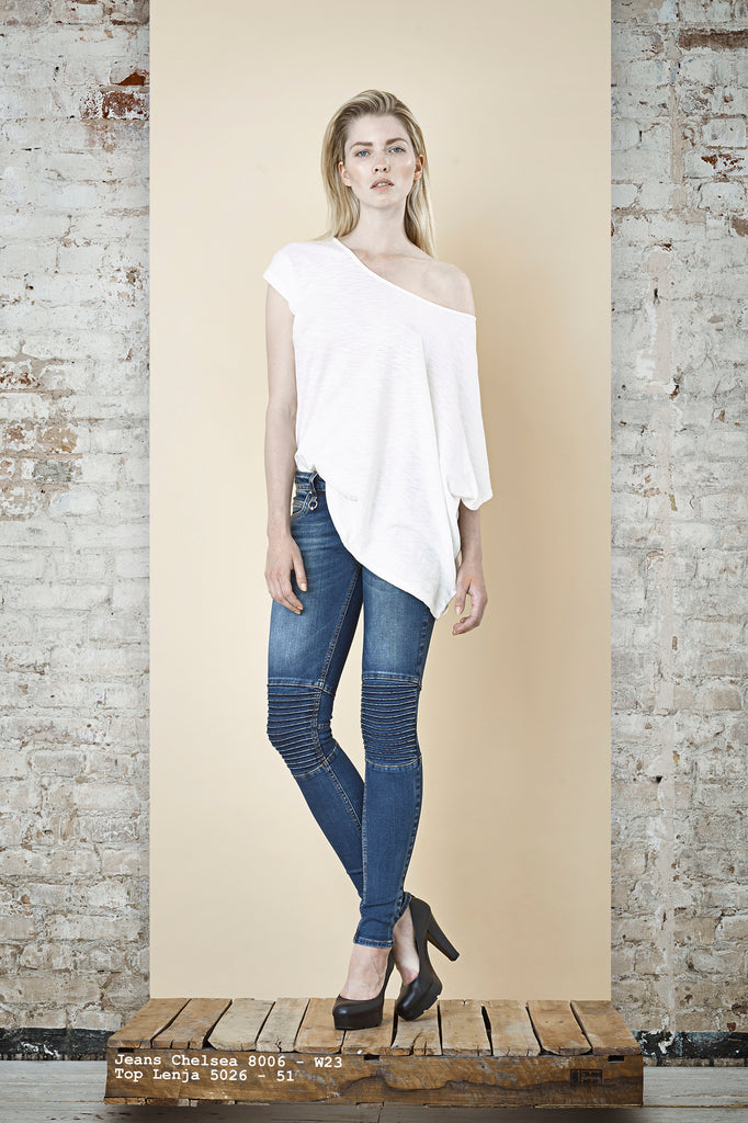 NORDENFELDT Jeans Chelsea dark blue with washed effects, Top Lenja white