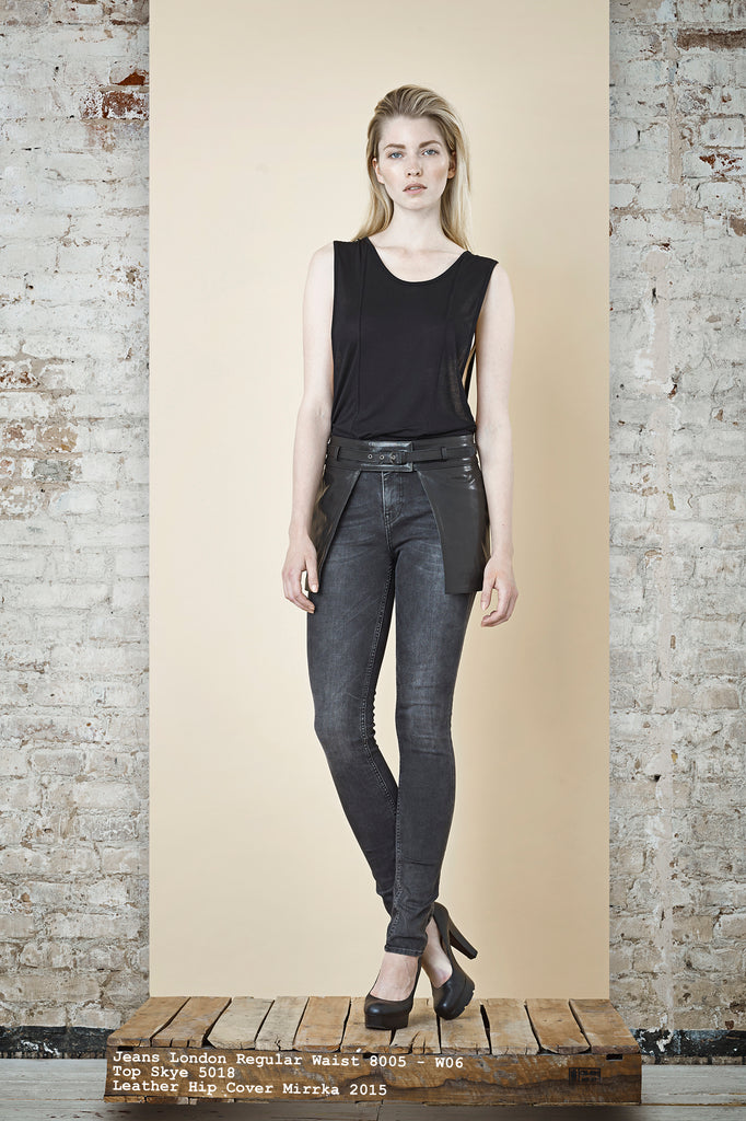NORDENFELDT Jeans London Regular Waist dark grey, Top Skye black, Leather hip cover belt Mirrka black