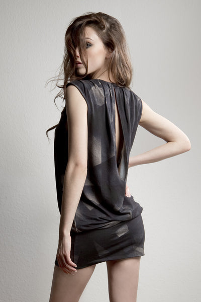 NORDENFELDT Juna, short dress with abstract allover print in black, draped front and collar and deep slit at back part
