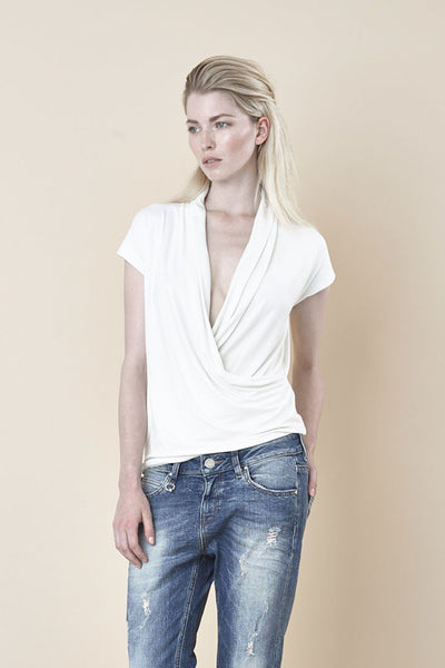 NORDENFELDT Nude Sophie, top in crème with draped and deep crossed V-neck and short sleeves