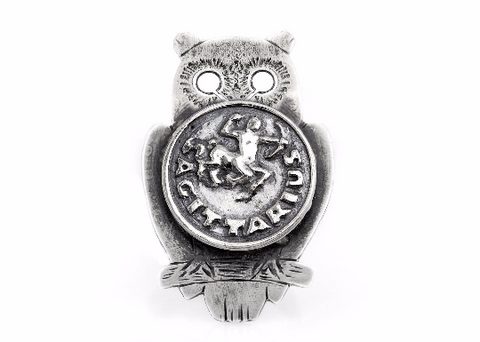 Coin ring with the Sagittarius coin medallion on owl