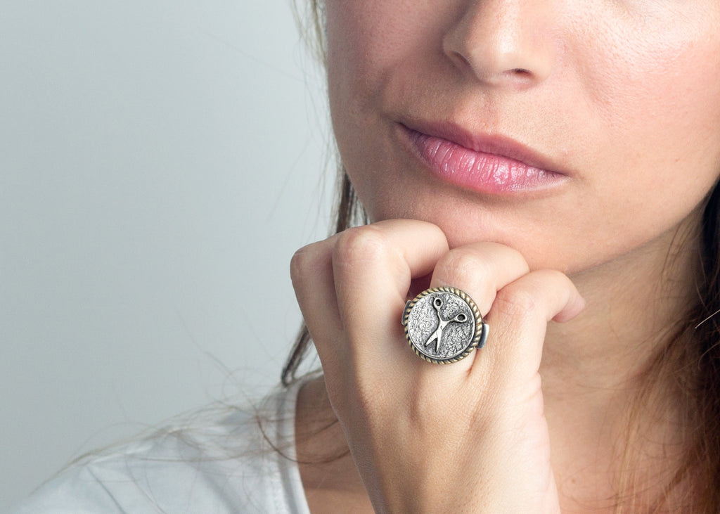 Coin ring with the scissors coin medallion