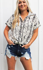 trend alert snake print button up [black/white]