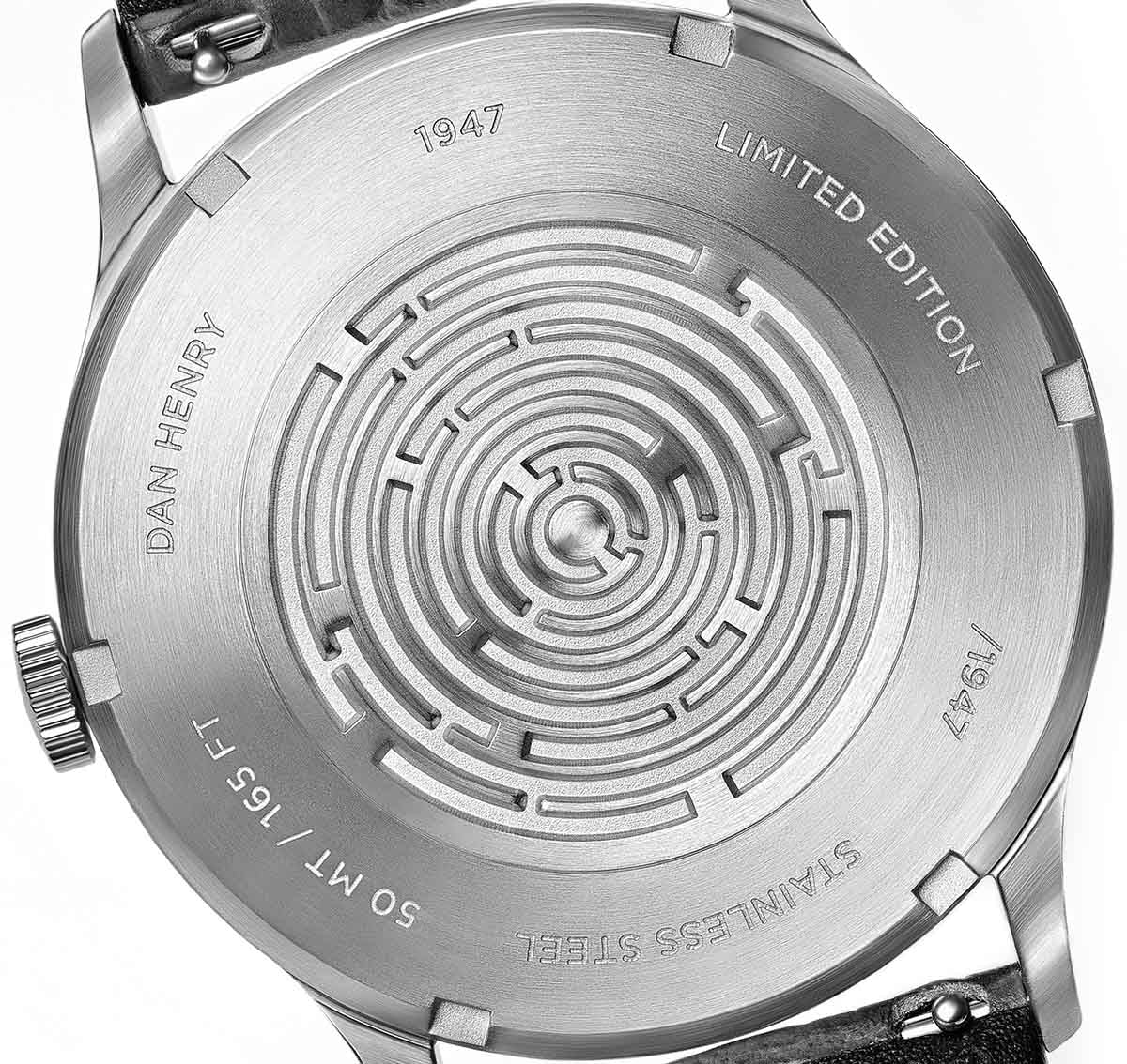 <h3>Caseback</h3>Screw-back with 3D Maze
