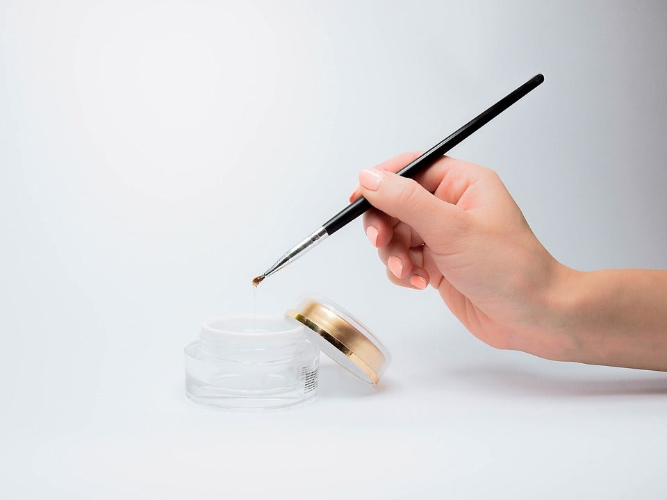 Image of applying varnish to healthy nails thanks to Absolute Collagen