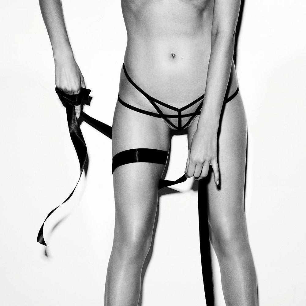 Discussion Vertical Thong - Ruban Noir - Beautifully Undressed - Model shot