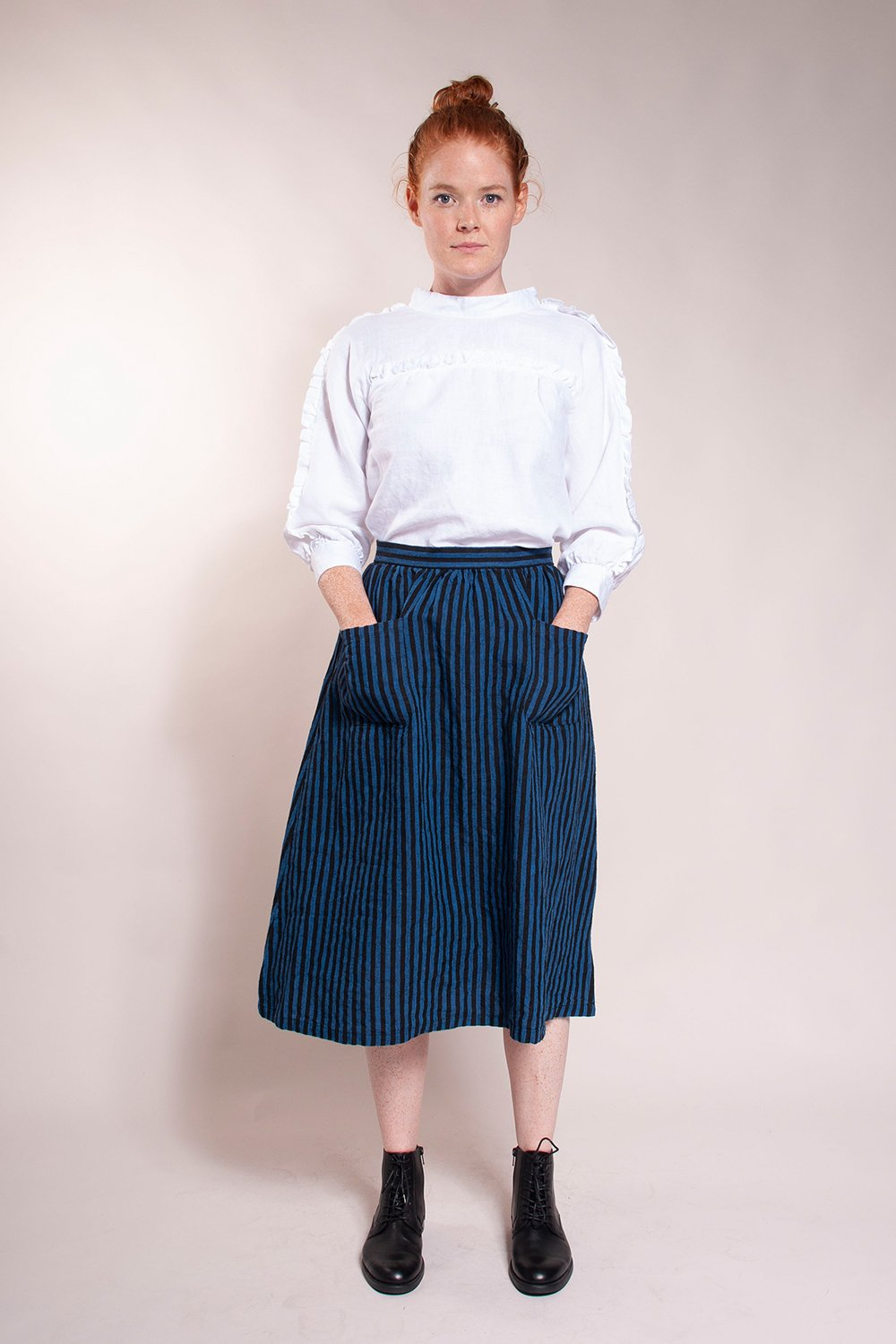 Fitted waist with full gathered skirt. Back invisible zipper and front patch pockets. 100% linen.