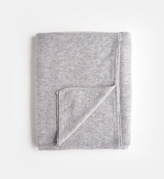 Le Blac oversized cashmere scarf in light grey - price 1095DKK