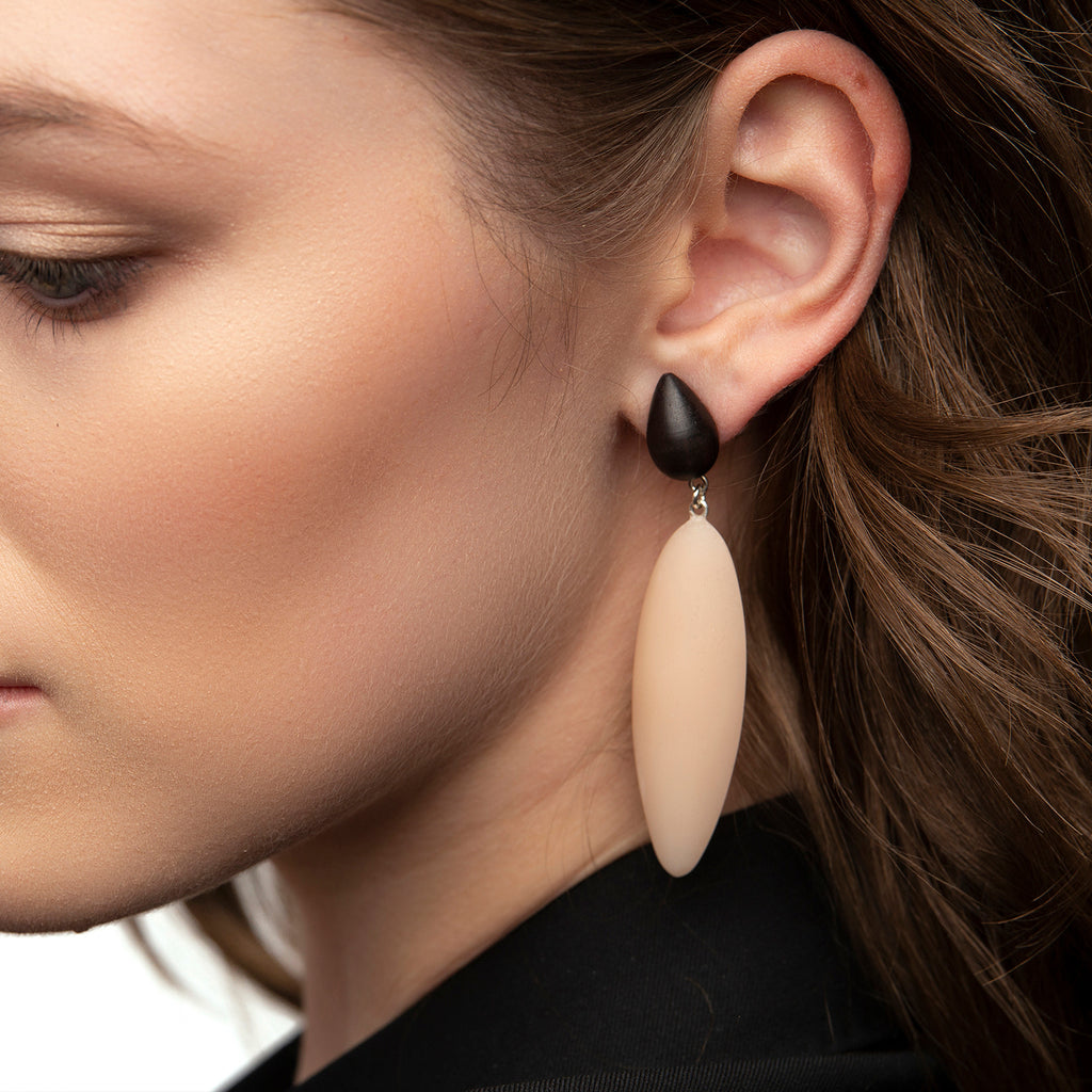 Nymphe earrings with rosewood and nude rubber