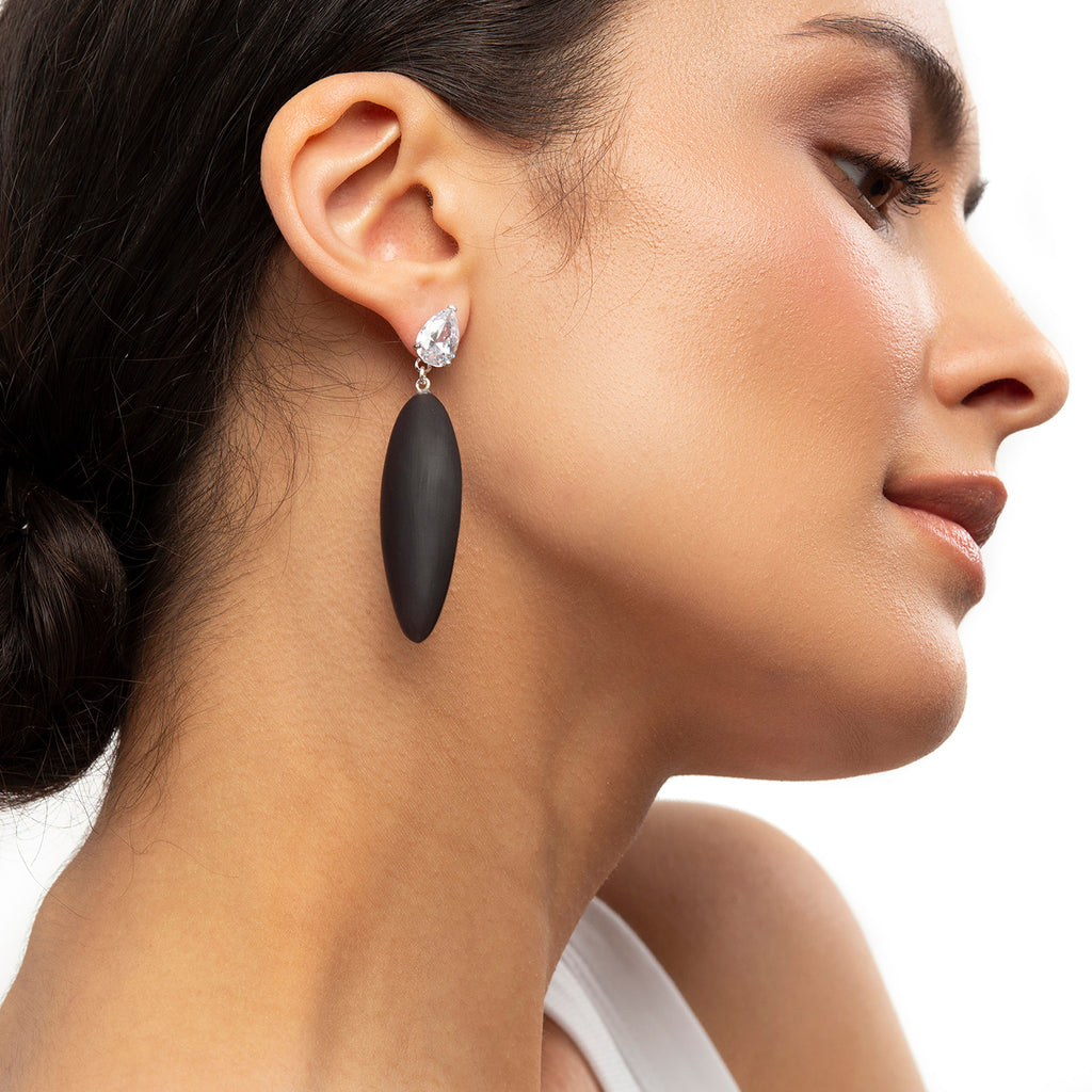 Nymphe earrings with white stone and black rubber
