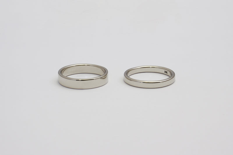A side by side comparison of the white gold 3mm and 4mm Nara bands