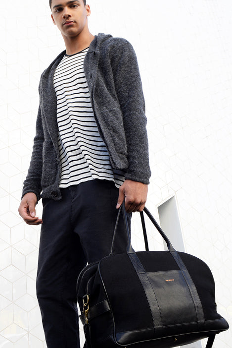 Stylish man holding the Von-Routte Weekender Broome Black