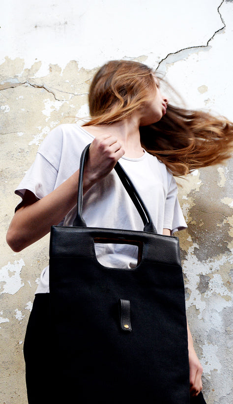 Girl moving with the Ystad Tote Bag from Von-Routte