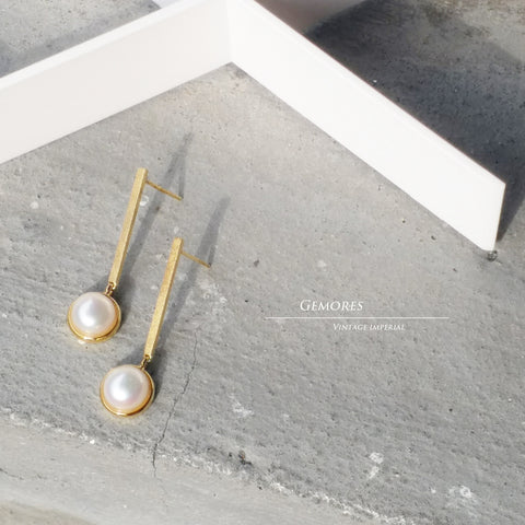 Le Emmalyn lustrous pearl earrings in matt finished gold
