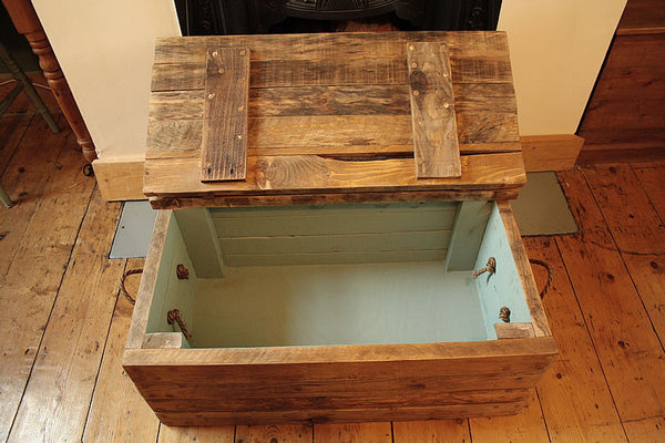 Rustic Chunky Trunk Chest Coffee Table Made With Pallet Wood - Arte Povera - 2