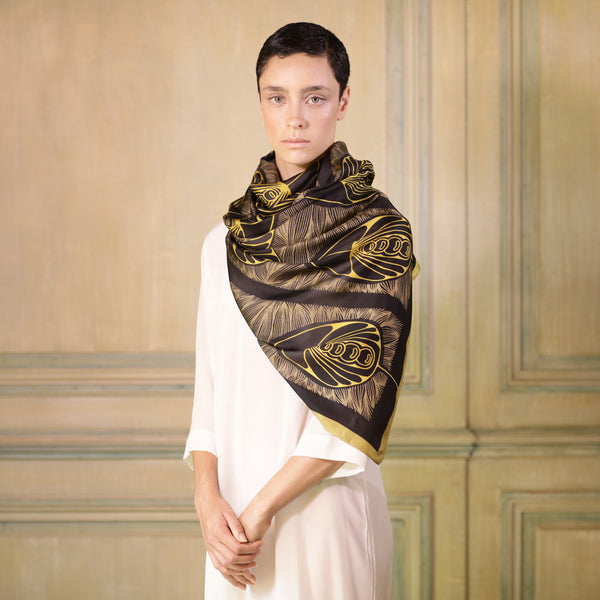 The-Golden-Belle-Époque-Silk-Scarf-brown-rectangular-Tal Angel-65X220 cm-model-closeup3