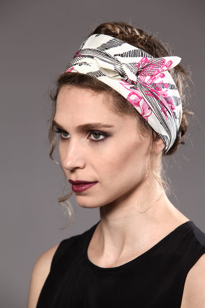 The-Pink-Line-Flower-Scarf-silk-carre-square-black-white-90x90-model-packshot-3