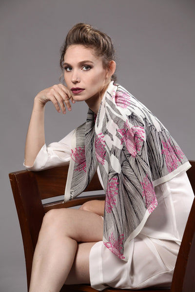 The-Pink-Line-Flower-Scarf-silk-carre-square-black-white-90x90-model-packshot