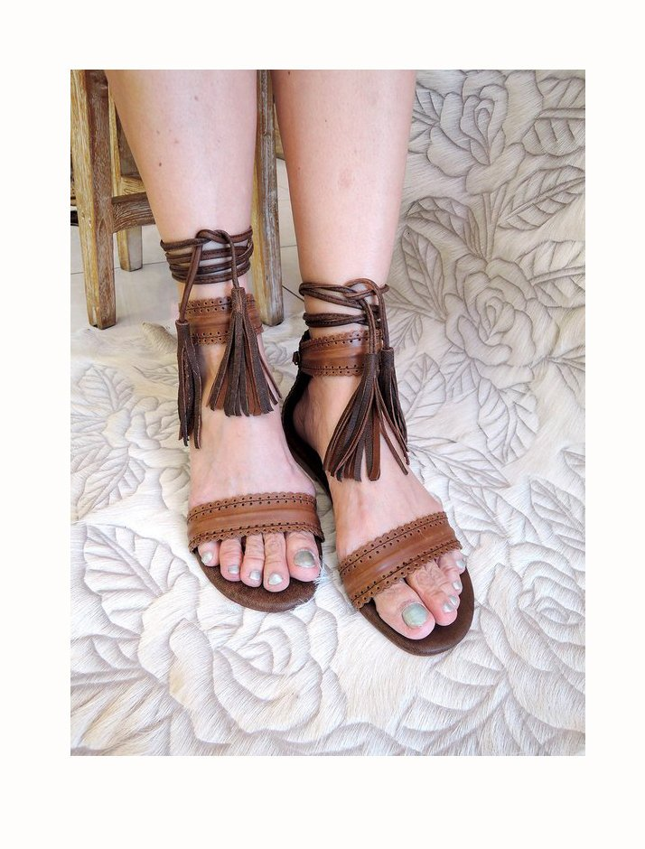 BROWN LEATHER SANDALS w/ Tooled  Scallop Detail Flats.