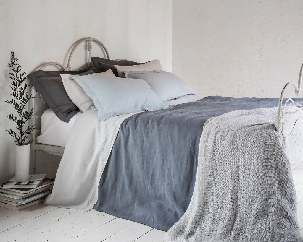 Pillowcase Oxford Lens Charcoal | Pillowcase Oxford Duck Egg | Pillowcase Housewife Toulon Dove Grey | Flat Sheet Lens Charcoal | Fitted Sheet Classic White | Duvet Cover Lens Charcoal