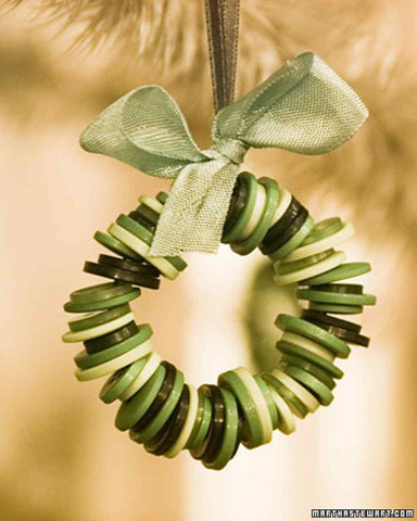 holiday crafts - button wreath ornament