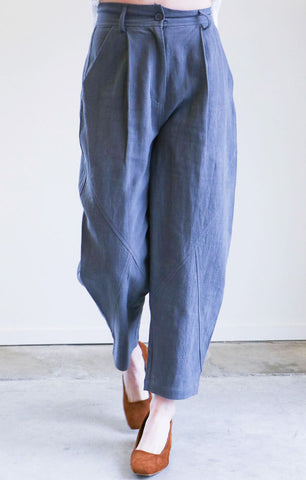 7115 By Szeki Spring Lantern Trouser in Gray