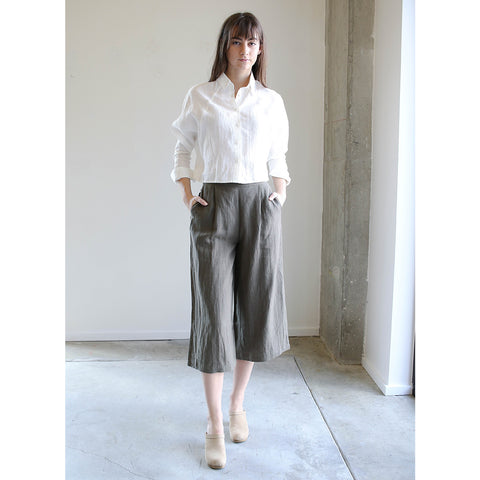 7115 By Szeki Linen Relaxed Tapering Trouser in Moss