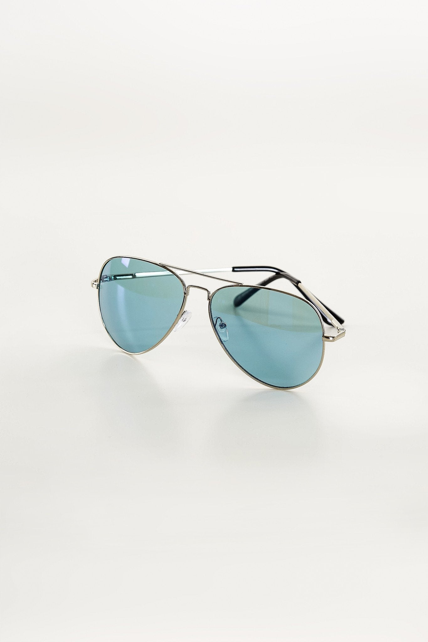 A dope pair of colored sunglasses. These shades have mirroed/tinted lenses with metal frame. Pair with any outfit!