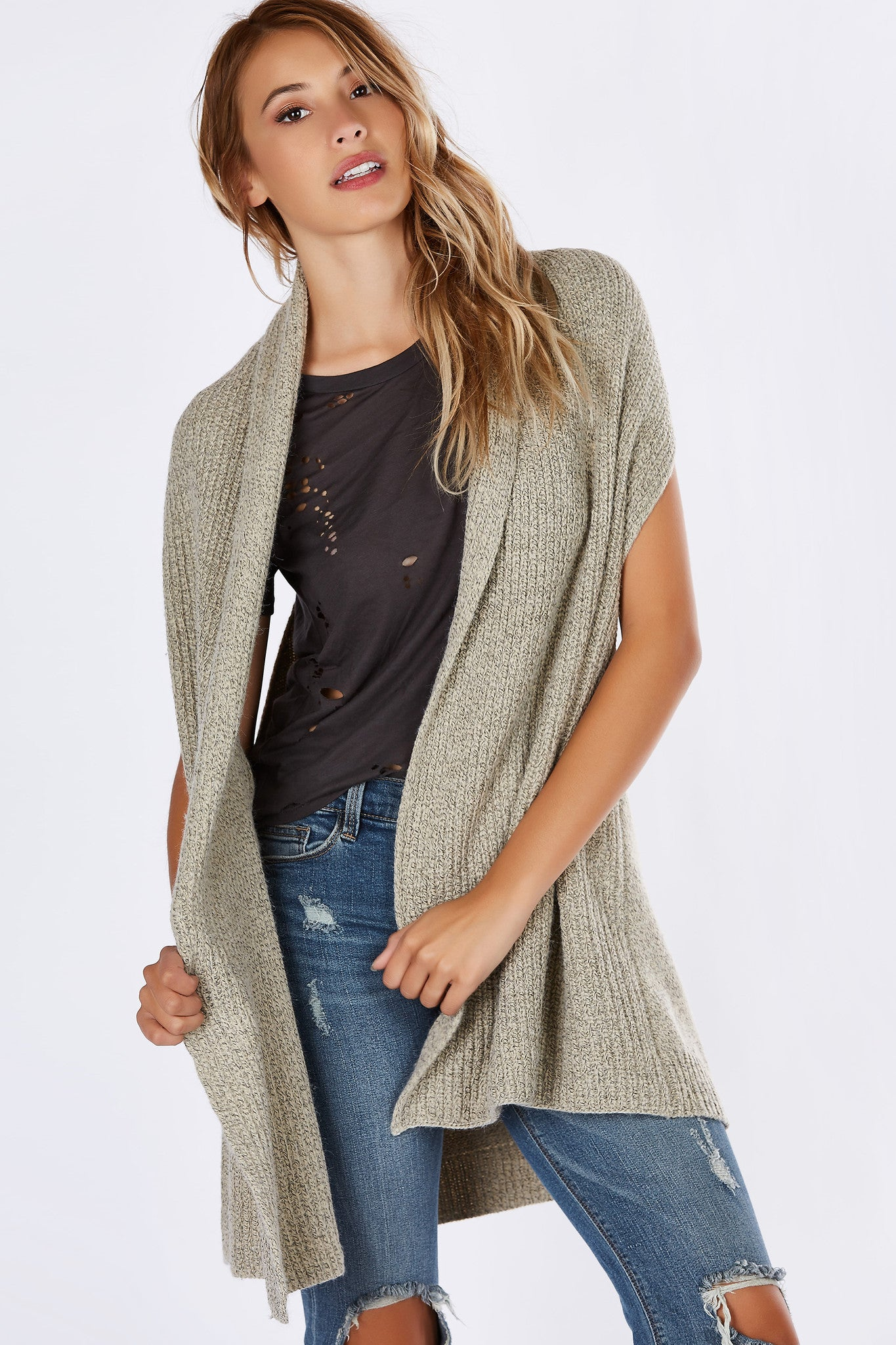 A casual-chic open vest with a smart put together vibe. Cozy knitted material perfect to throw on over a long sleeve top. Keep warm during the chiller nights by pairing with skinny jeans and booties!