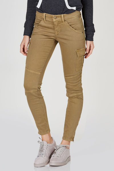 Cargo skinnies have never been so chic! These awesome pair of jeans are great to pair with plain white tees for an effortless daytime look. Classic cargo design with multiple functional pockets. Slim fit with tapered hem. Dress it down with sneakers!