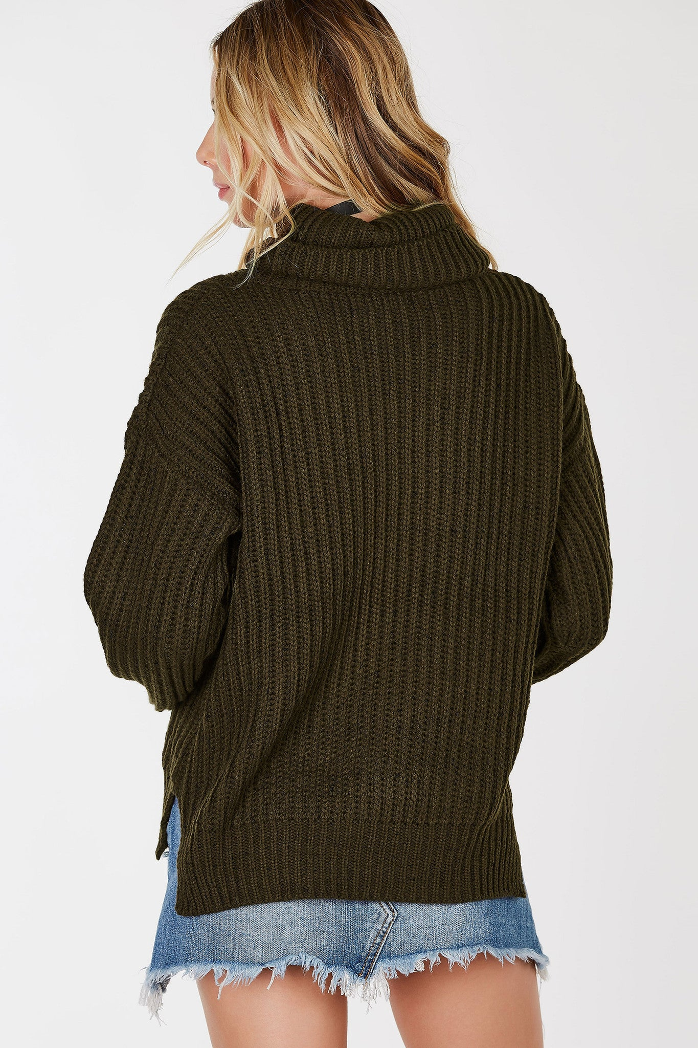 A cozy chunky knit sweater, perfect to start up your Autumn collection. Long sleeves with a stylish turtle neck for extra warmth. So versatile you can style it with just about anything!