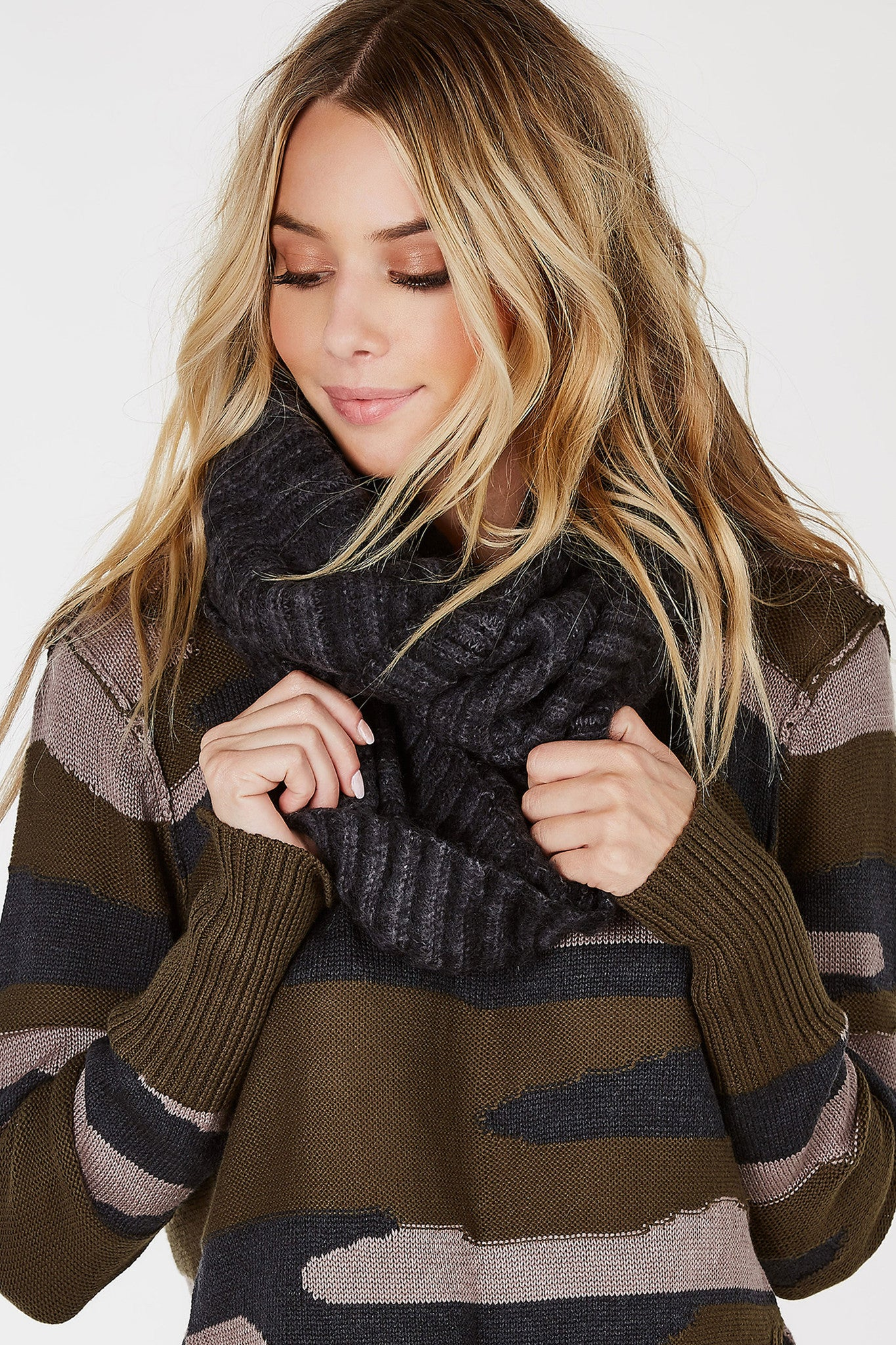 A soft, basic scarf to keep you cozy during the colder weather. Ribbed throughout with an infinity design to wrap around your neck multiple times. Casually hang it over a basic tee and denim for a chic Fall outfit.