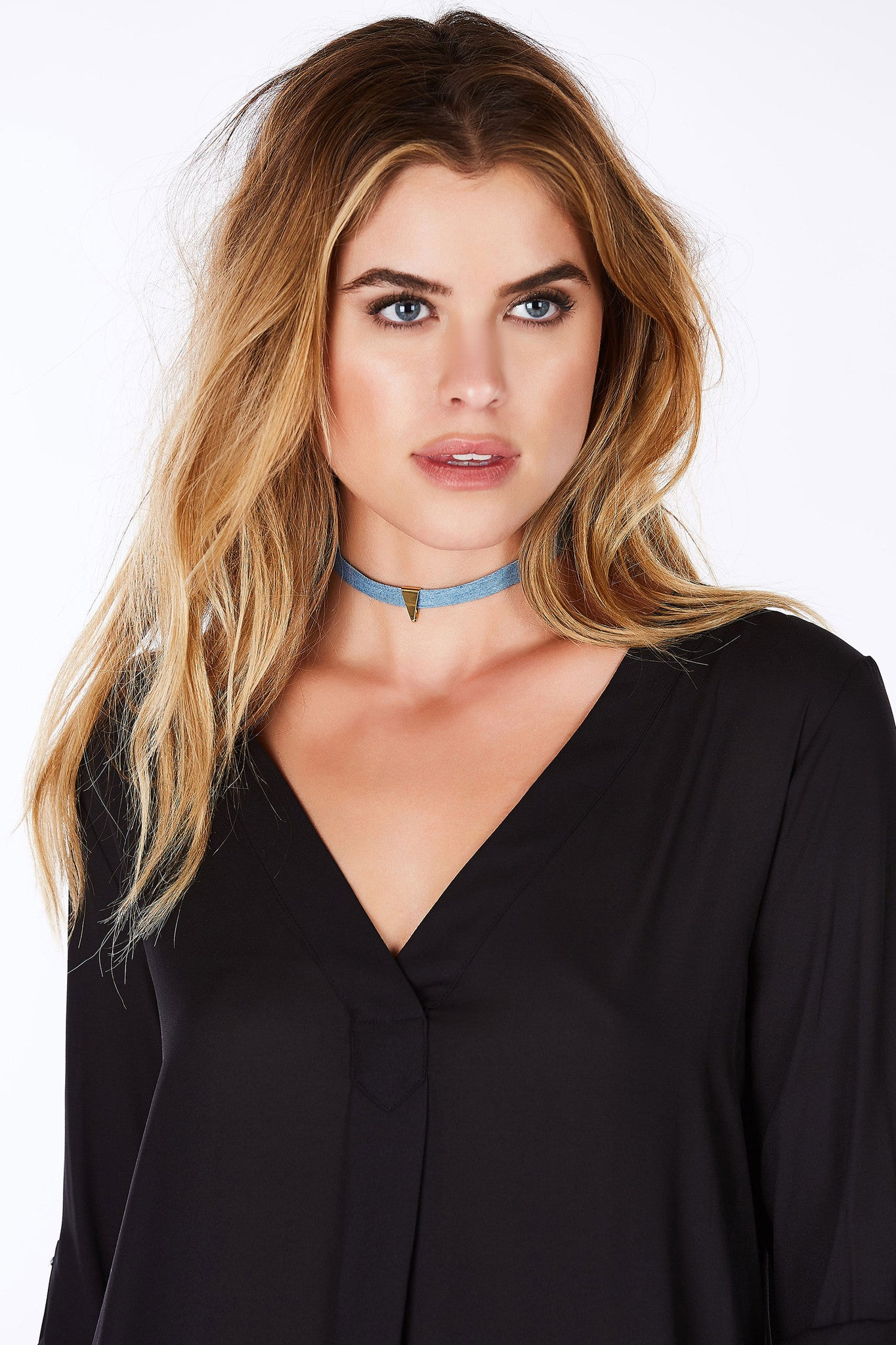 Embrace the choker trend with this amazing choker necklace. Chic single band with a gold hardware pendant for a minimalistic vibe. An easy to way to style denim on denim with your favorite chambray pieces!