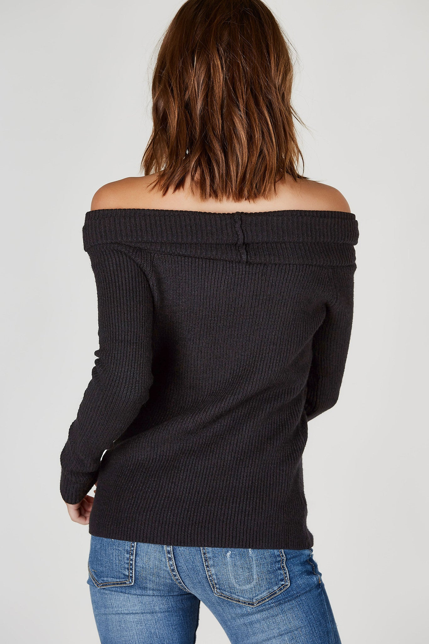 A super clean and chic long sleeve top with a trendy off shoulder neckline for added detail. Perfectly knit for extra comfort. Stretchy, ribbed fit great to style with skinny jeans and ankle booties!