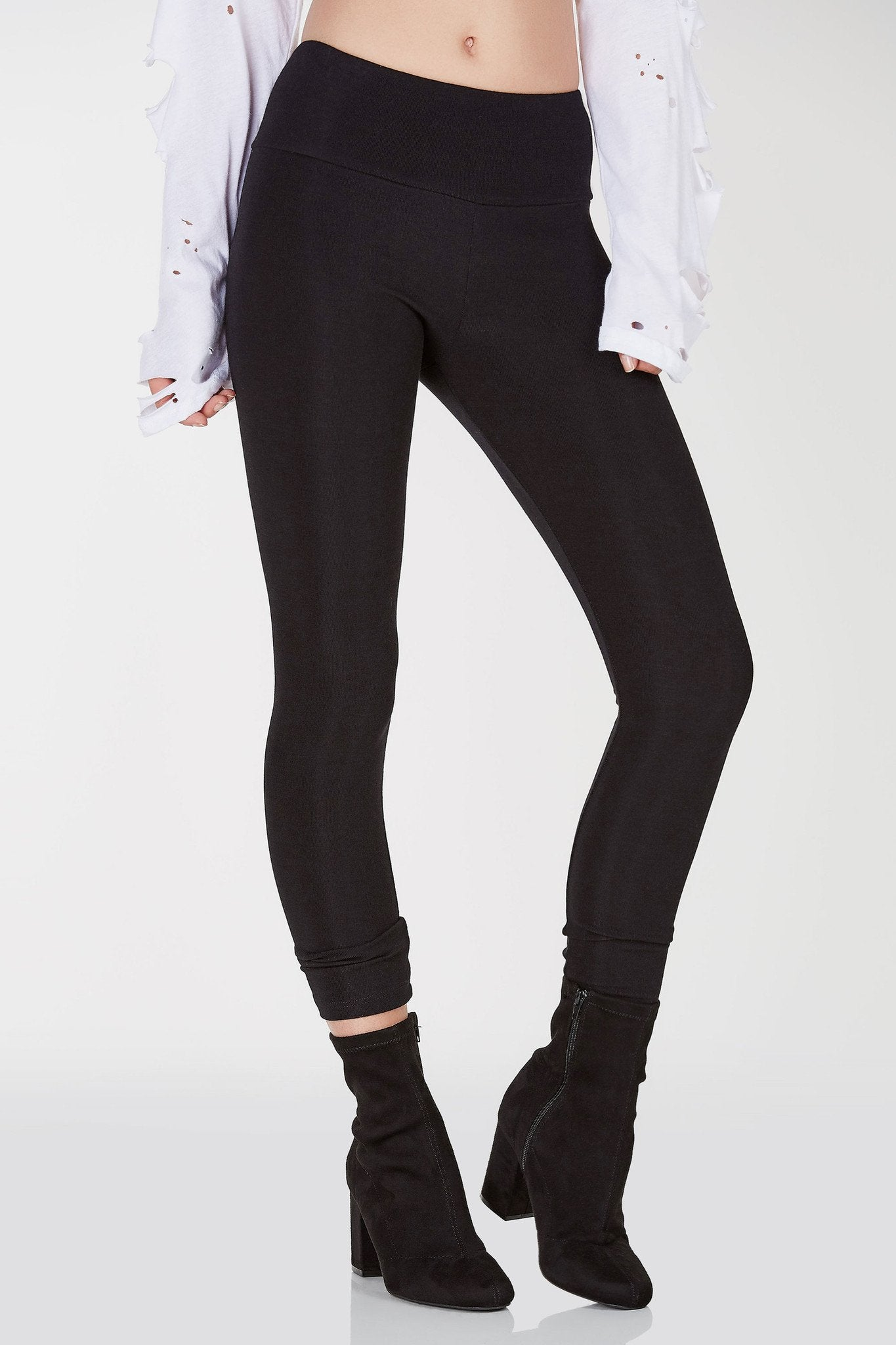 Basic stretchy leggings with mid rise waist that can be folded over. Straight hem with body hugging fit.