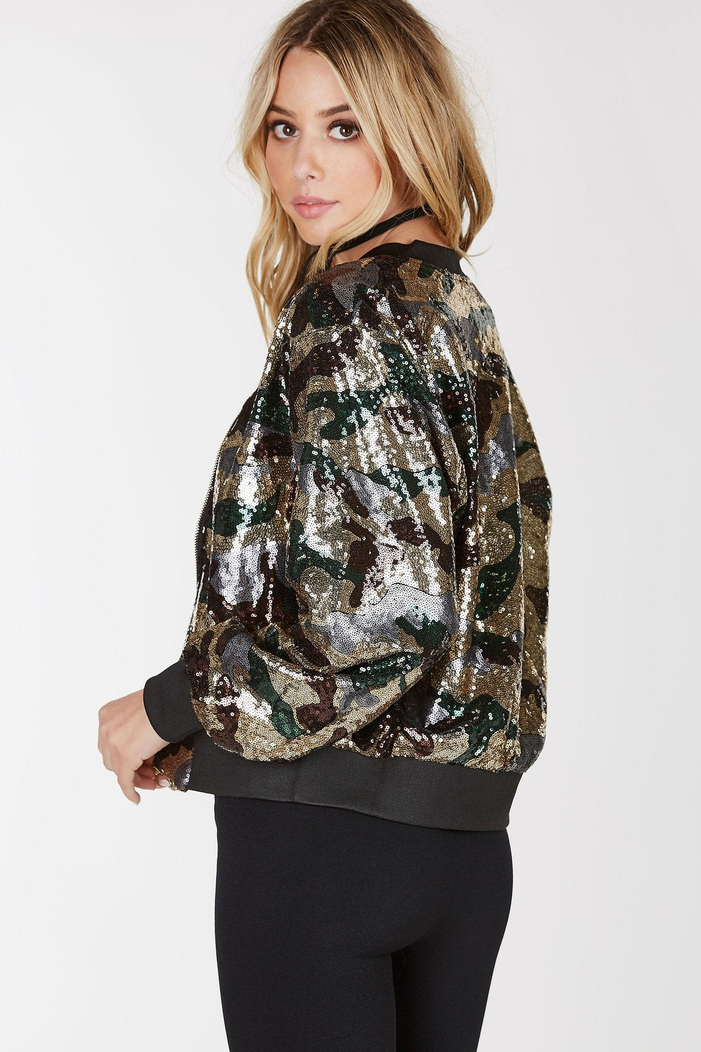 /Ribbed hem/Front zip closure/Camo pattern through/Sequin finish