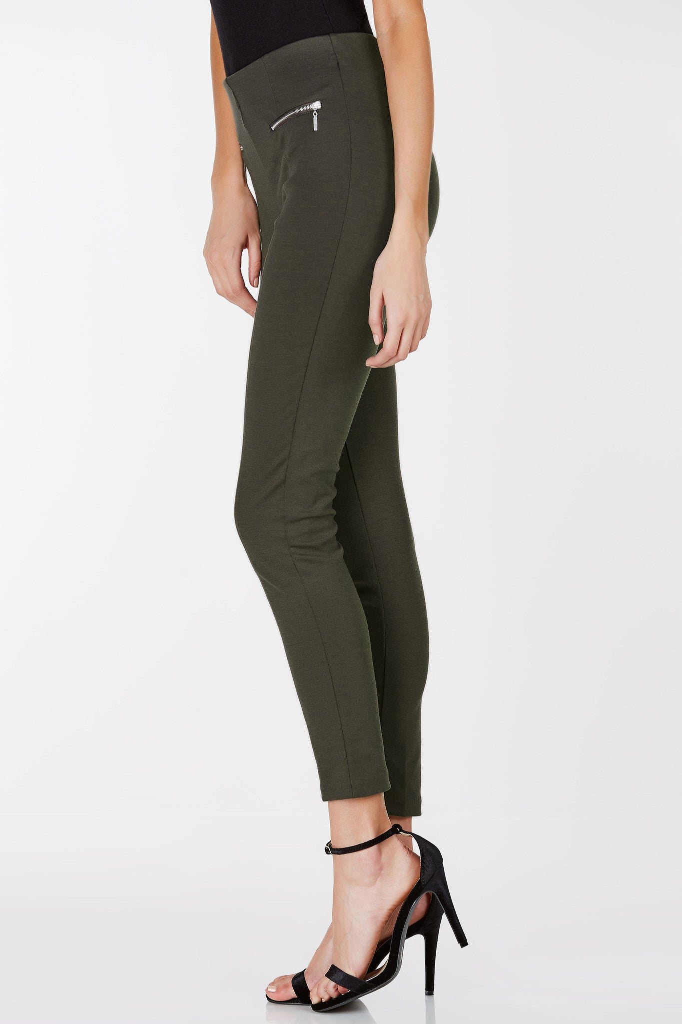 Mid rise pants with a skinny fit. Stretchy fabric and faux pocket detailing.