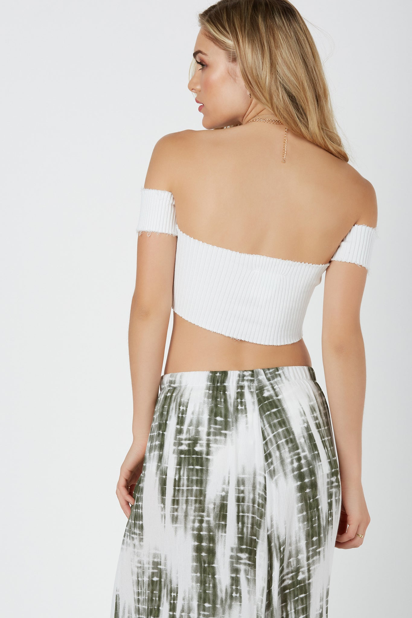Sexy off shoulder top with U-shape wired cut out in front. Ribbed throughout for amazing stretch with raw cropped hem finish.