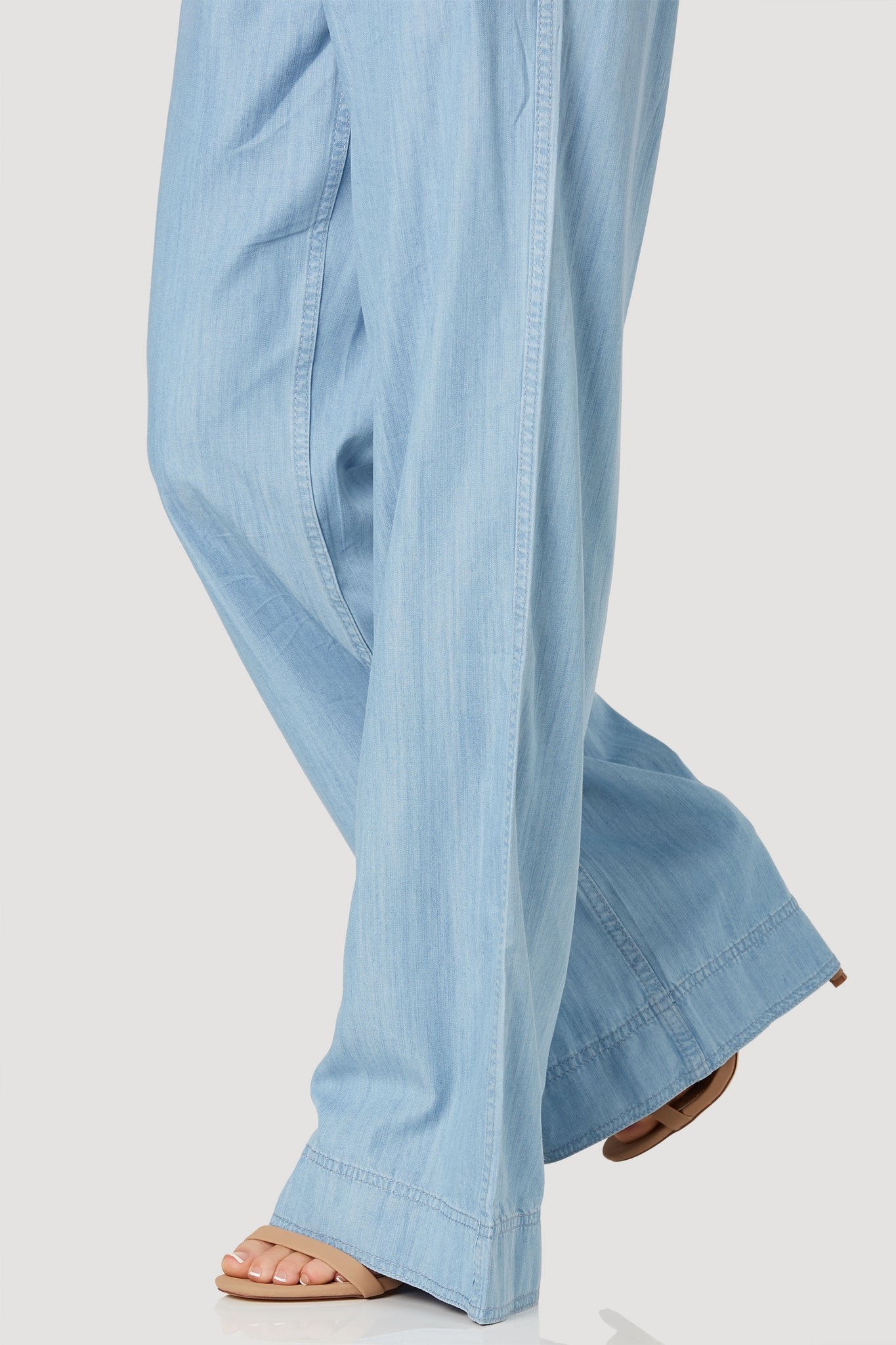 High rise chambray pants with wide leg fit. Side pockets with front zip closure.