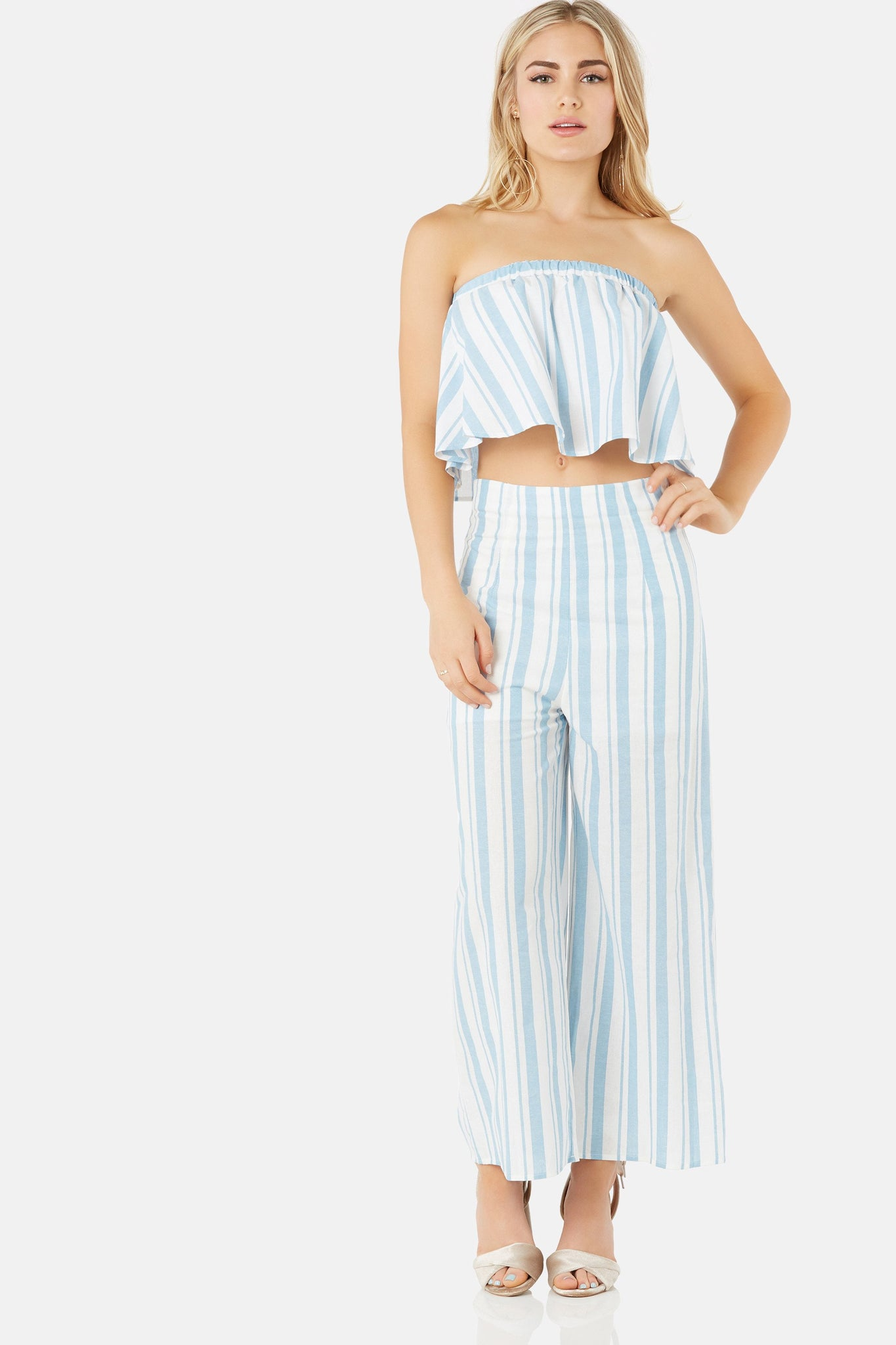 Chic high rise pants with wide leg fit. Stripe pattern all around with back zip closure.