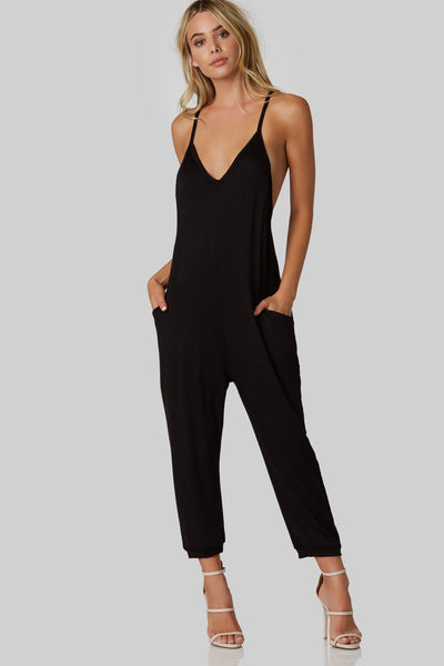 Sleeveless V-neck jumpsuit made of soft stretchy material. Side pockets with racerback finish and cropped wide leg fit.