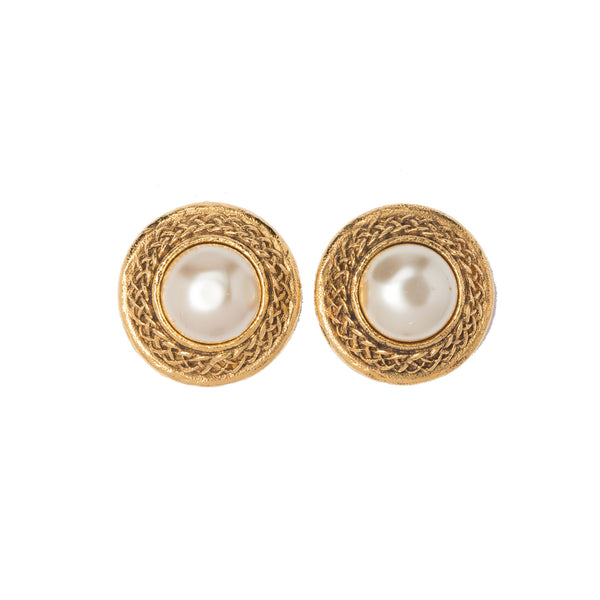 Chanel Gold-tone Classic Faux Pearl Earrings. Beautiful! Coco et Louis