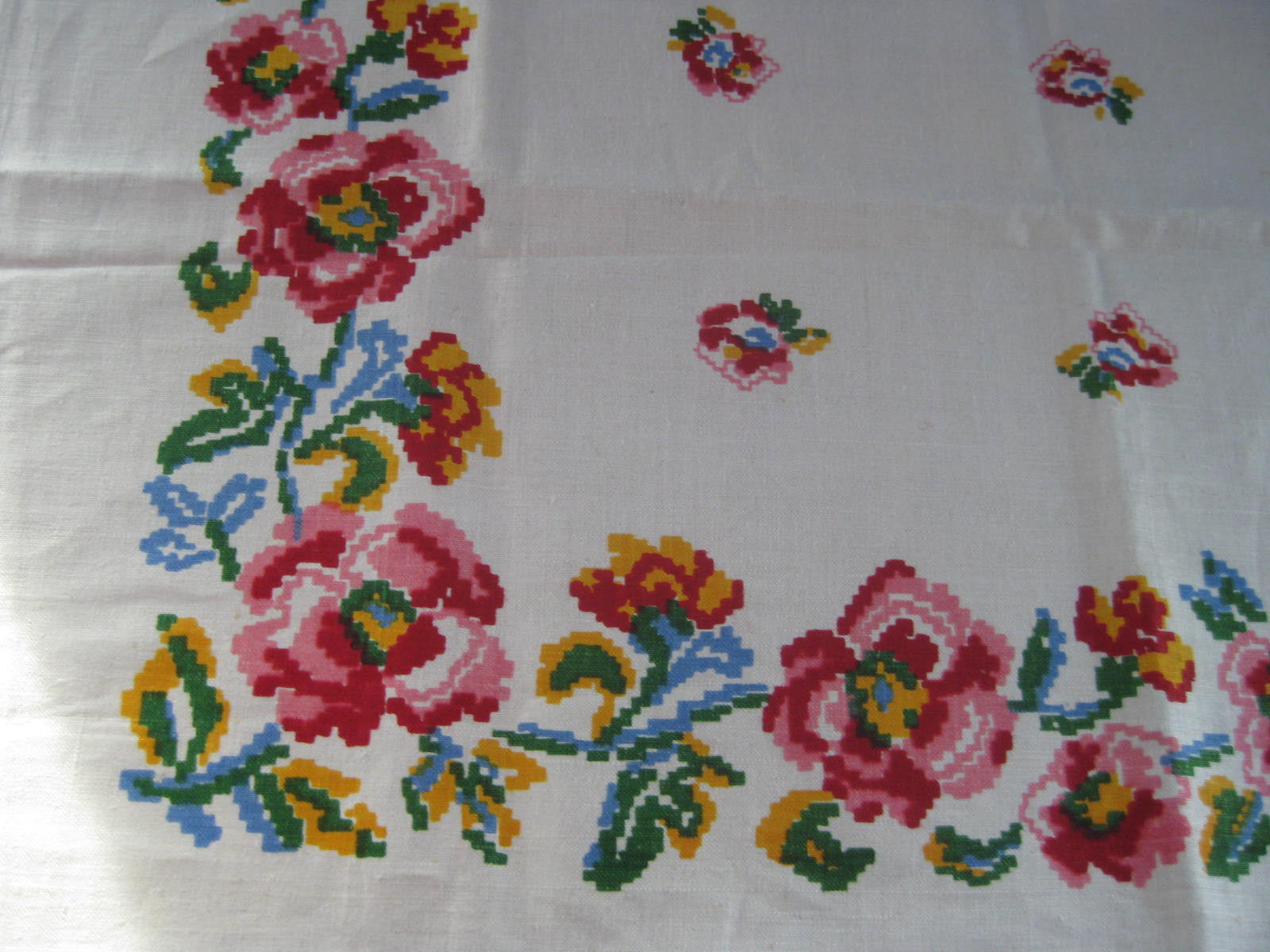 Primary Poppies Cross Stitch Floral MWT Vintage Printed Tablecloth (70 X 52)