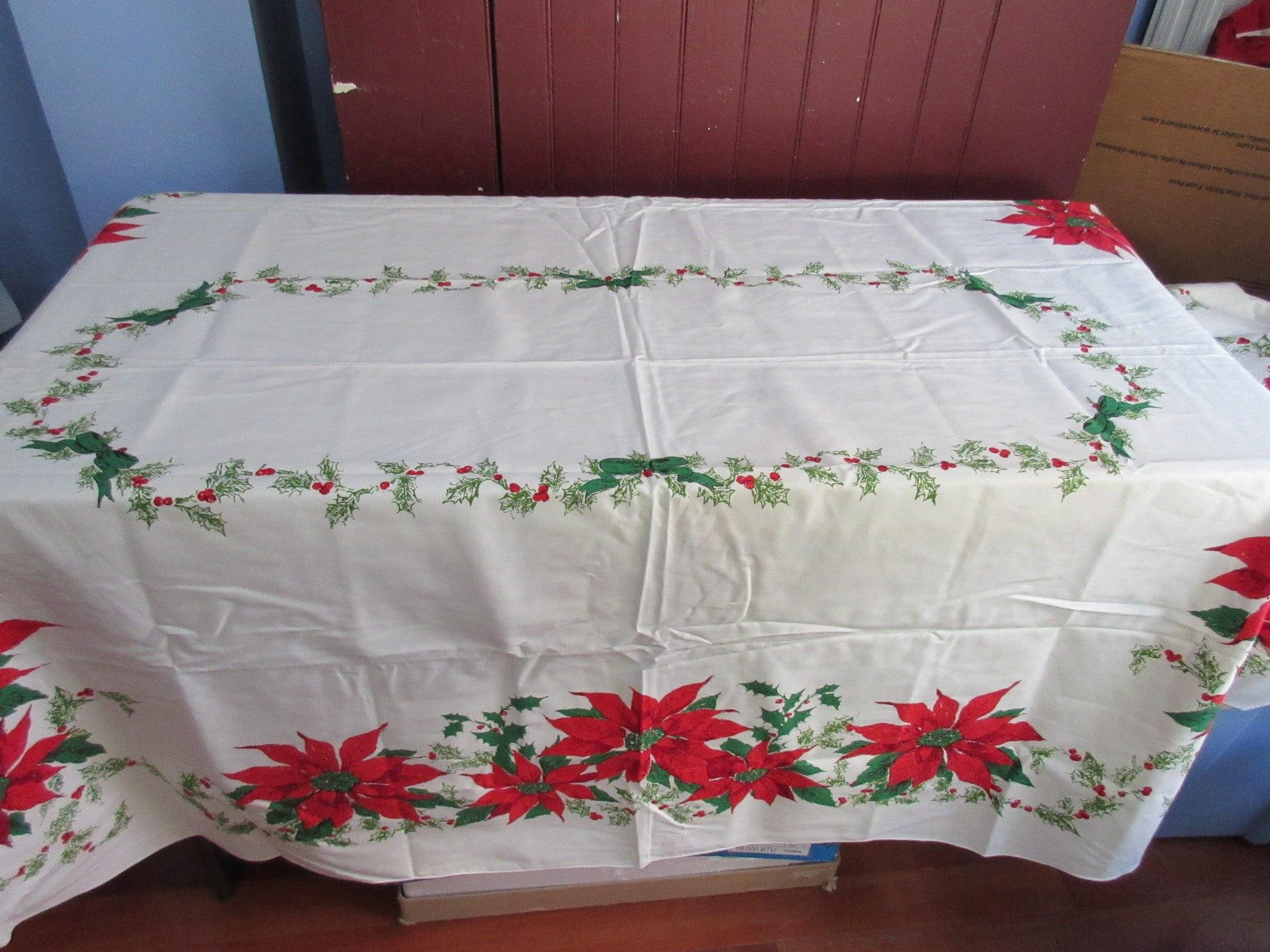 OVAL Poinsettia Holly MWT Holiday Novelty Vintage Printed Tablecloth (85 X  59)
