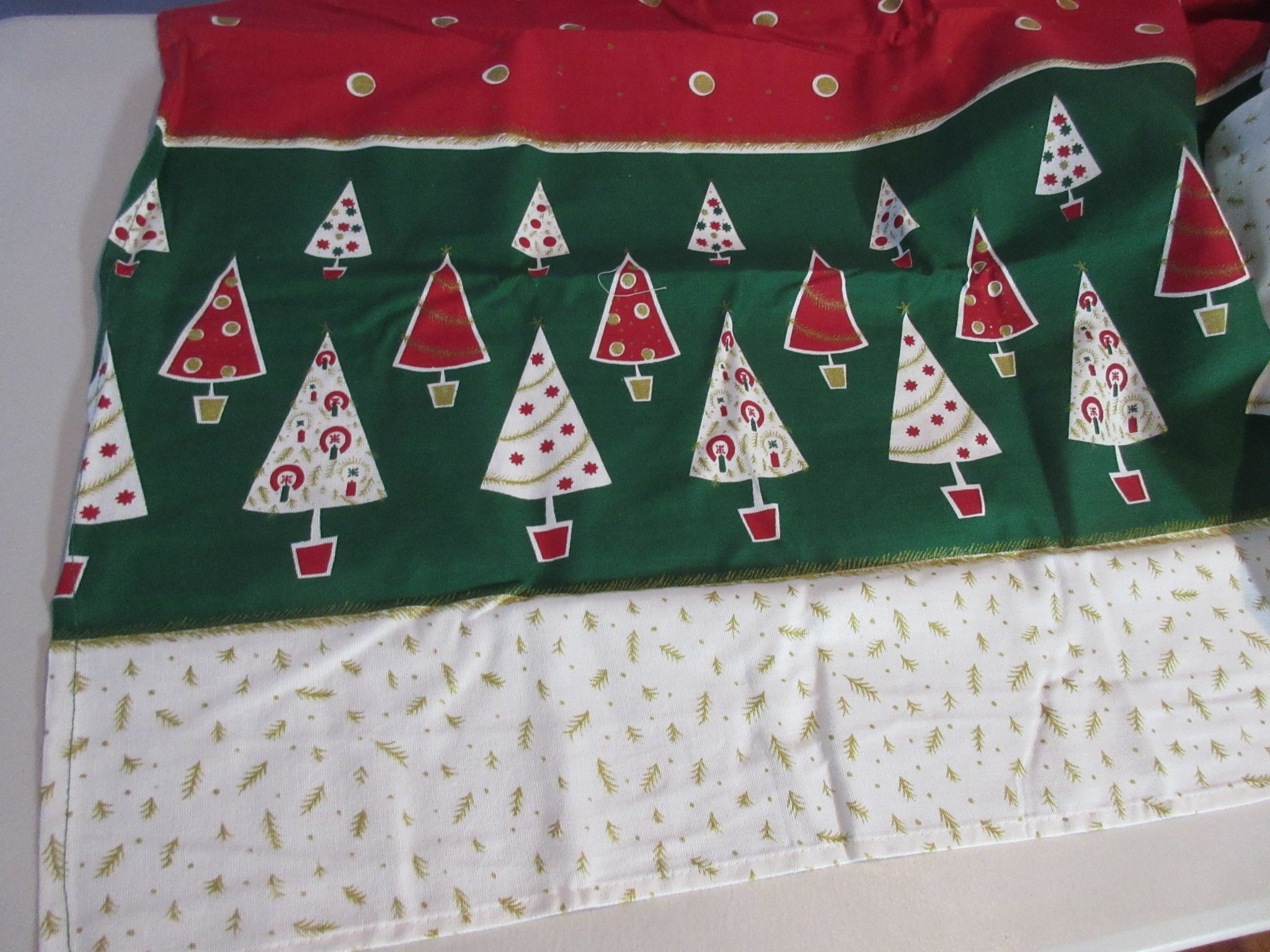 RECTANGLE 60x84 Christmas Trees NOS Retro Printed Tablecloth (83 X 59 actual)