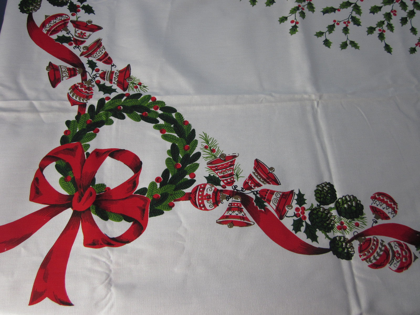 Large Christmas Centerpiece MWT Vintage Printed Tablecloth (88 X 61)