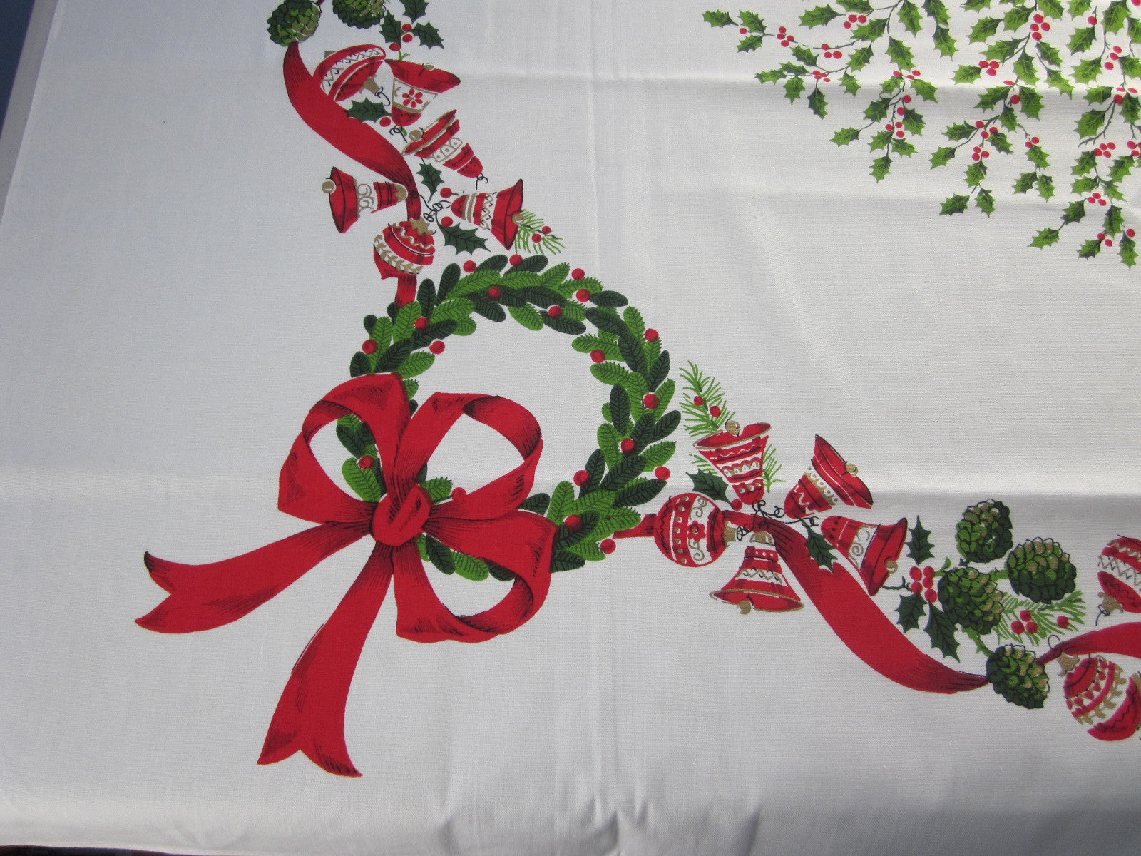 Christmas Centerpiece Wreaths MWT Vintage Printed Tablecloth (52 X 50)